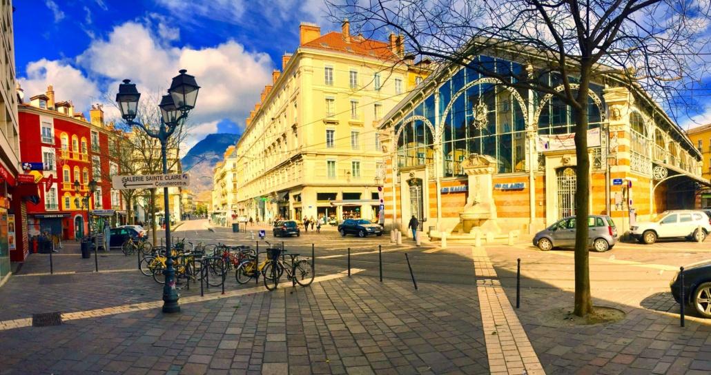 Une rue de Grenoble avec des voitures et des vélos
