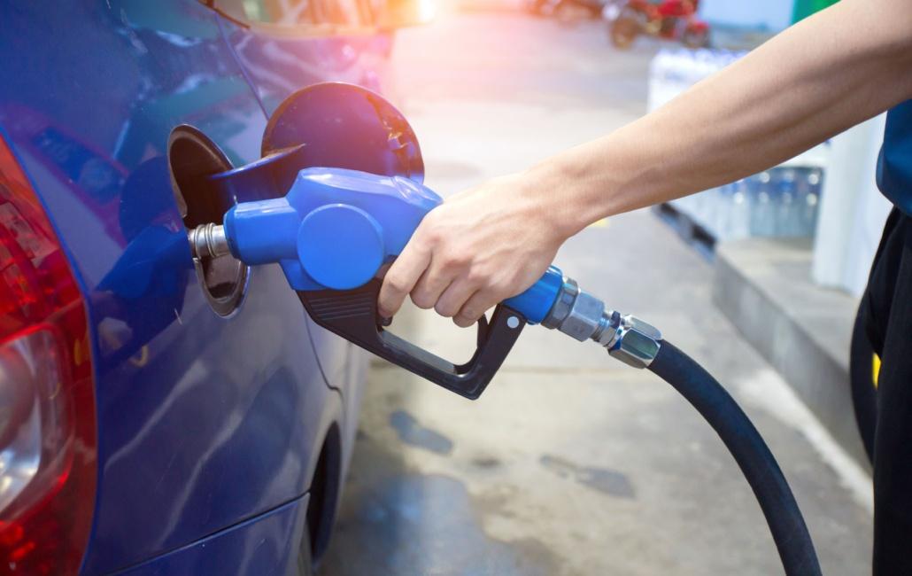 Un conducteur fait le plein de carburant - voiture.