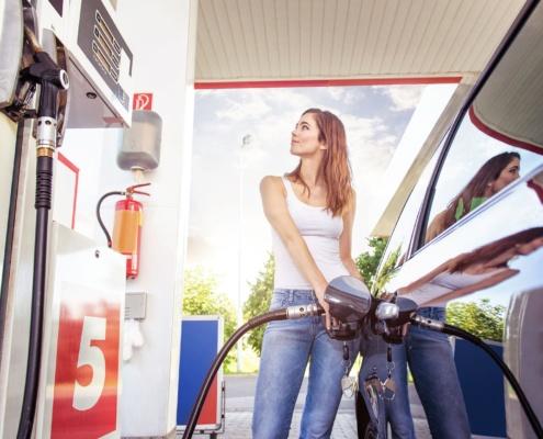 Une conductrice fait le plein de carburant pas cher